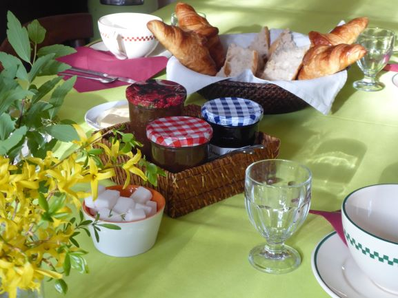 Le petit déjeuner au Mas des Sages (Aubussargues, Gard)